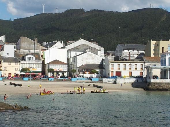 zicht op de vissershaven bij Viveiro; roeiwedstrijden in lokale mini-gigs