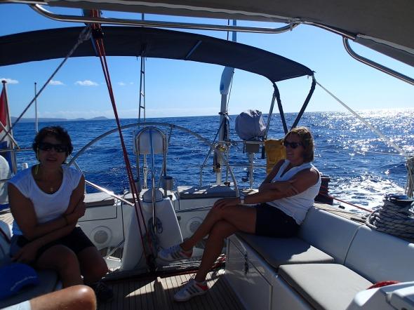 Nadia en Marleen op hun gemak op weg naar La Gomera
