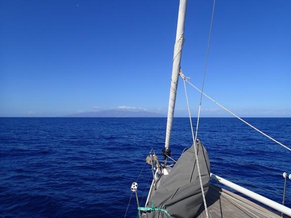 La Gomera al in zicht vanaf vertrek (24 mijl verderop)