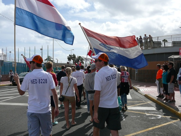 Lennard en Dancker lopen voorop met de vlaggen