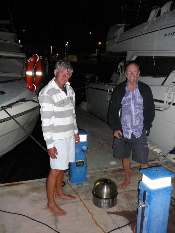 bbq-en met de Cobb op de steiger in La Gomera in het donker..
