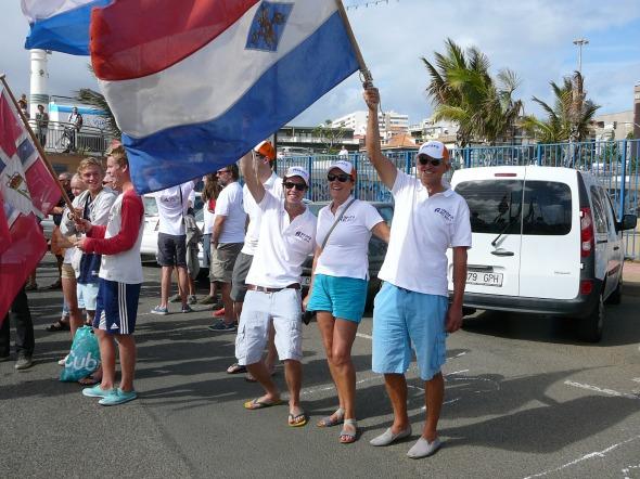 De vlaggendragers van de Nederlandse teams in de ARC optocht