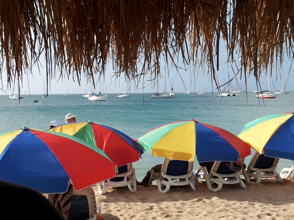 het strand voor de Spinnakers Bar op een mooie dag voor kerst