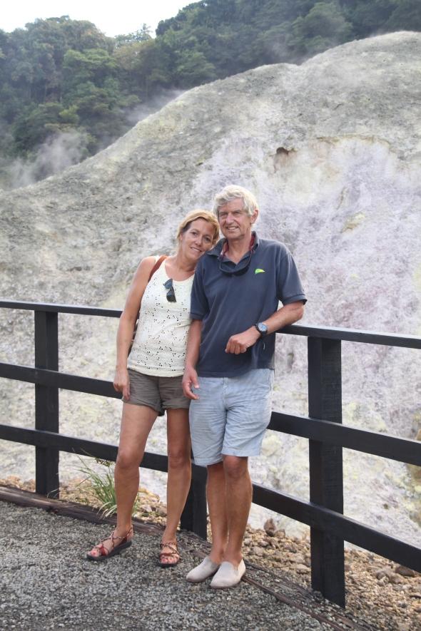 """in de """"enige drive-in vulkaan ter wereld"""" op Saint Lucia; zwavelbronnen op de achtergrond"""