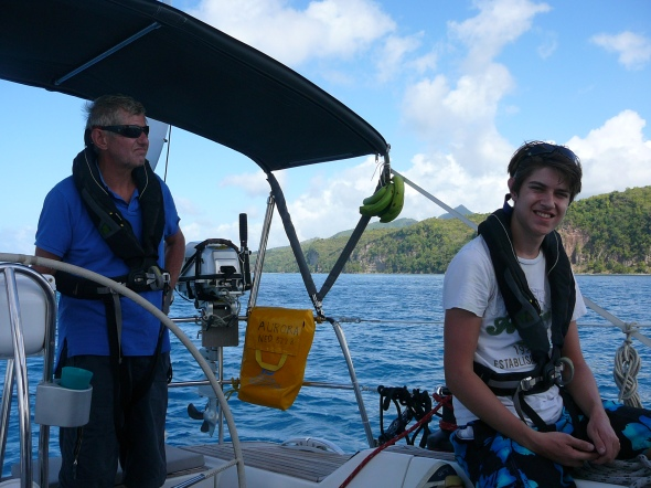 vader en zoon varend langs Saint Lucia