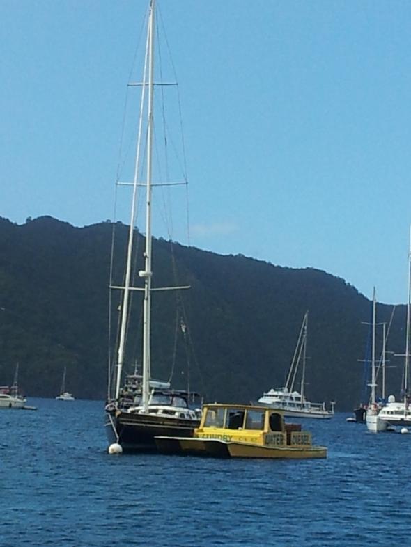 Daffo's waterboot naast de Winsurf van Marianne