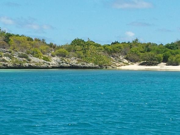 met het strand van Green Island voor onze boeg