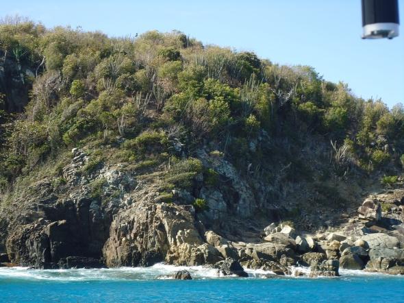 ankerbaai op St Barths (Anse de Colombier) waar de deining achter de boot stukslaat op de rotsen