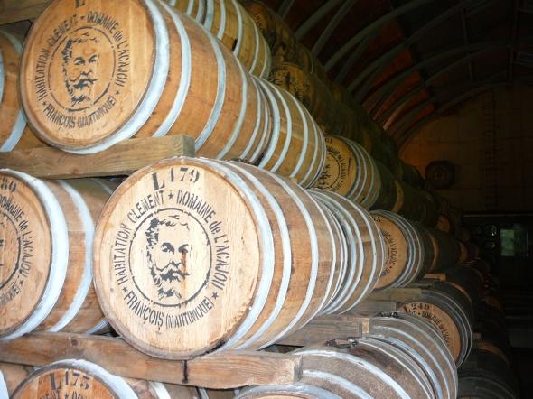 """nieuwe vaten in de rumkelders van Habitation """"Clement"""" waar rum als cognac wordt opgevoed"""