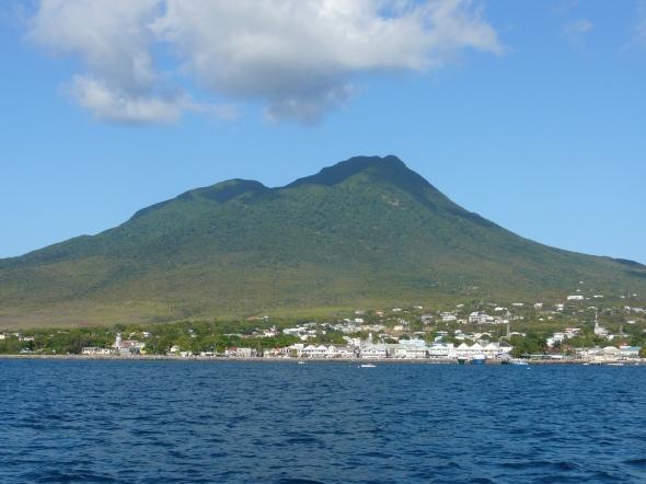 Charlestown, de hoofdstad van Nevis, vanaf het water