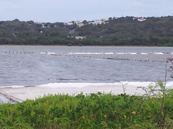 zoutmeer achter het strand van Road Bay - wordt niet meer gebruikt voor zoutwinning