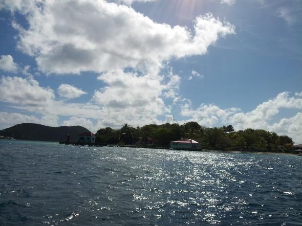 zicht vanaf de boot op Marina Cay