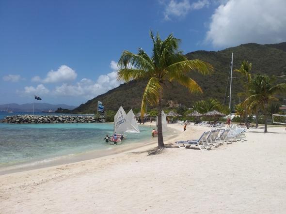 en strand op de voorgrond