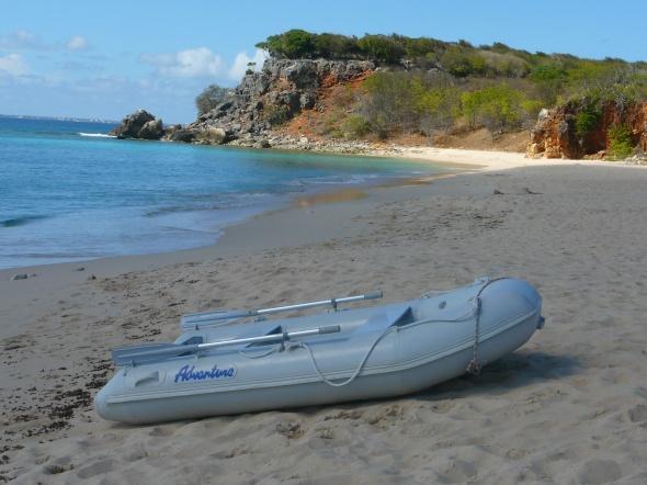 strand van Tintamarre met onze bijboot