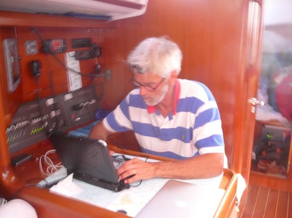 de eerste stuurman tevens hulpnavigator bestudeert de gribfiles