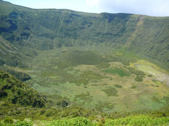 de krater van de vulkaan op Horta