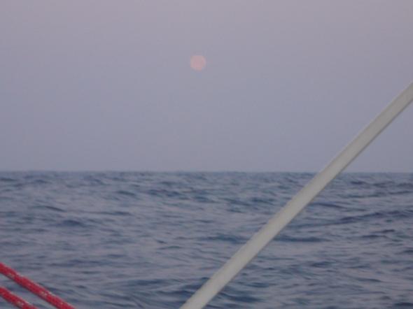 de maan komt op in het oosten