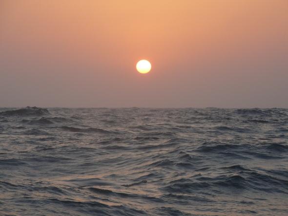 tegelijk gaat de zon onder in het westen