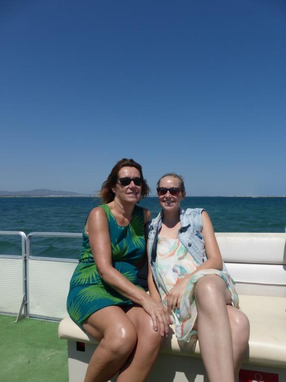 moeder en dochter op het bootje bij Faro op de Ria Formosa