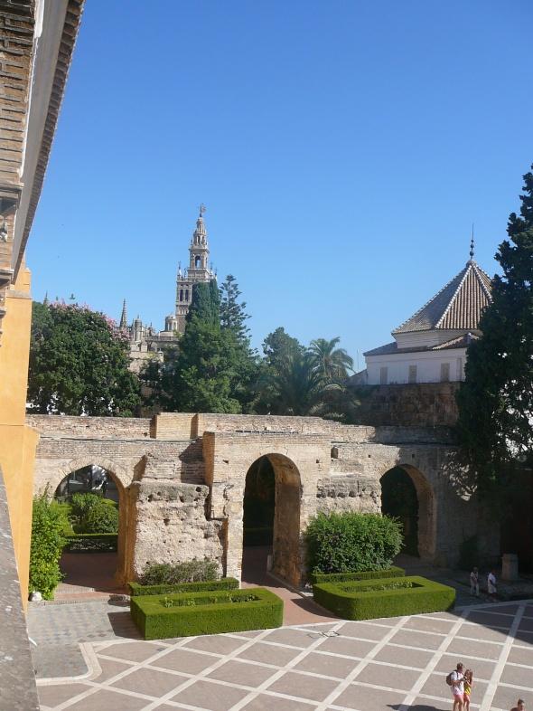tuin van het Alcazsrmet de kathedraal op de achtergrond