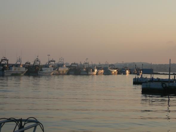 de vissershaven van Caleta de Velas bij zonsondergang