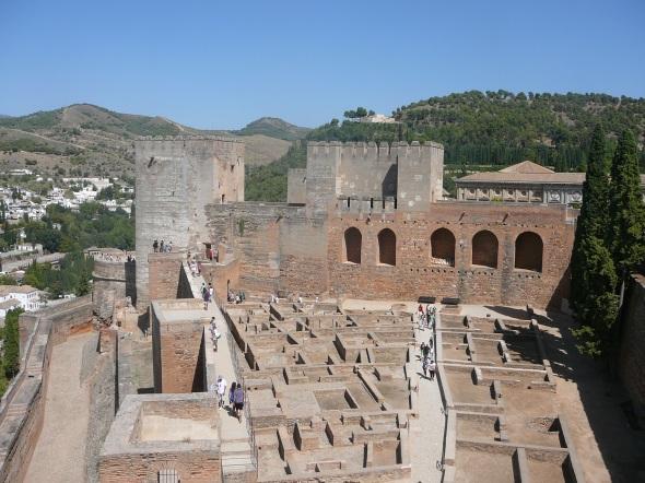 Alcazaba van Granada met op de achtergrond de Generalife ; het witte gebouw (recreatiegebied van de koningen)