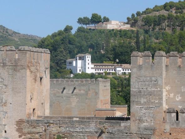Alcazaba met op de achtergrond de Generalife, het witte gebouw bij de tuinen en recreatiegebied van de koningen