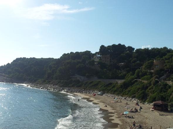 strandje buiten de haven, mooi huizen erboven