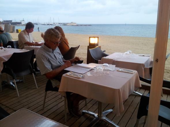 diner aan het strand van Barcelonetta