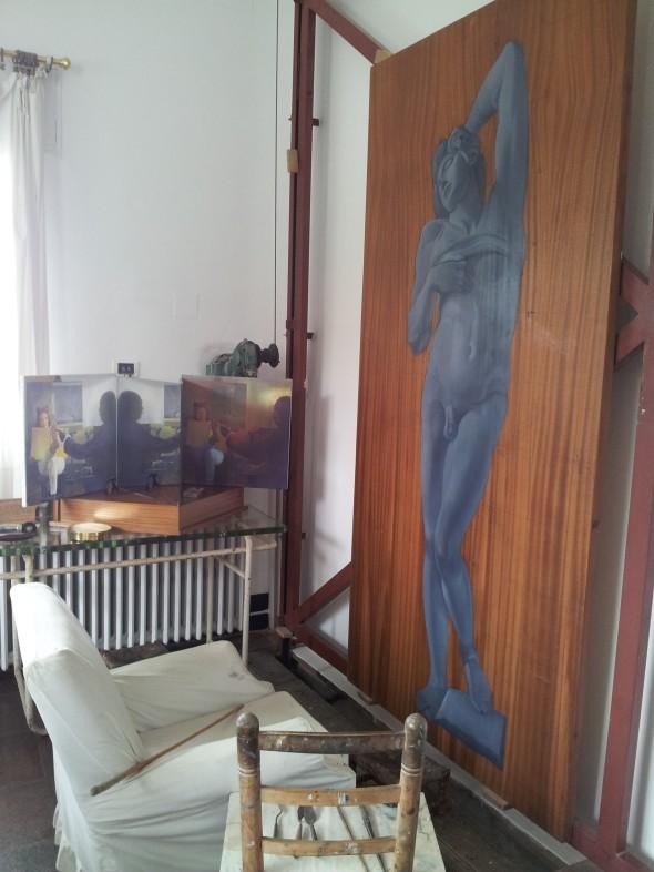 atelier van Dali waar hij op latere leeftijd zittend schilderde en het werk op en neer kon bewegen