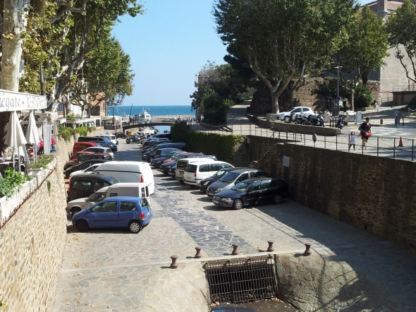 De auto's geparkeerd in de droge rivierbedding in Collioure