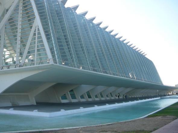 imposante nieuwbouw in de droge rivierbedding
