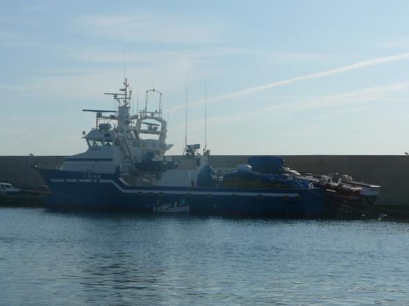 """vissersboot met """"aanhang""""in l'Ametill de Mar"""