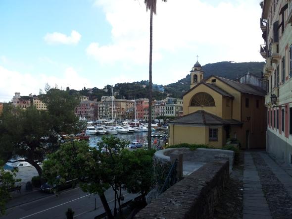 Naast één van de vele kerkjes in Santa Marguerita