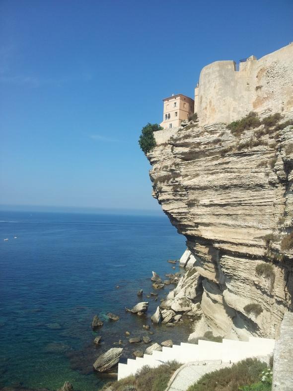 """de Citadel """"hangt"""" deels boven het water, bovenop de overstekende krijtrotsen"""