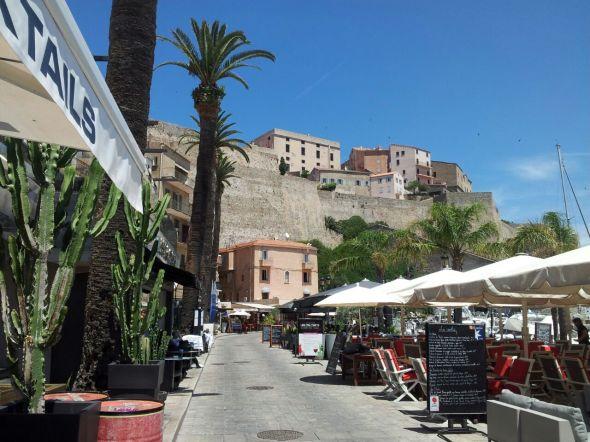 straatje aan de haven van Calvi