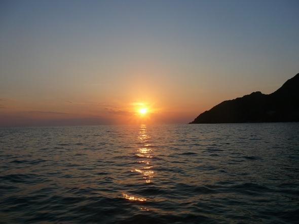 zon gaat onder in de Anse d'Aliso