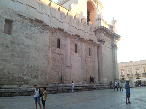 Griekse zuilen in de muur van de kathedraal in Ortigia, de oude stad