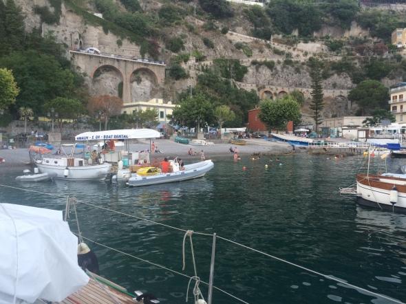 strand 10 meter voor de boot in Amalfi!