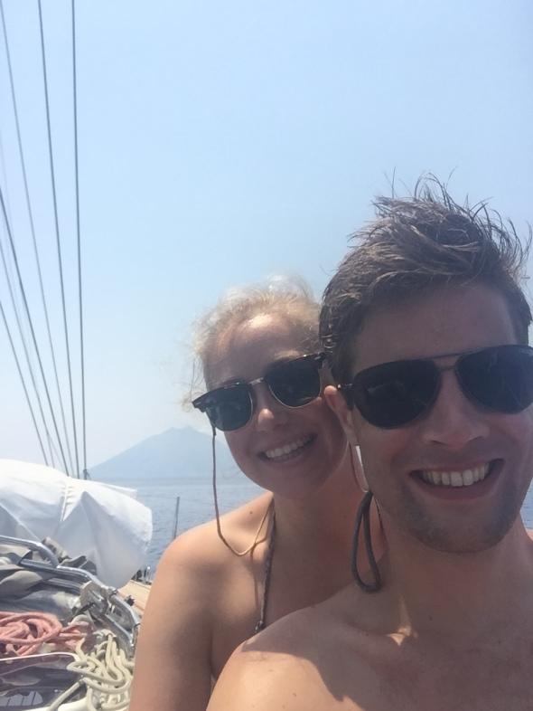 Frédérique en Jeroen met Stromboli op de achtergrond