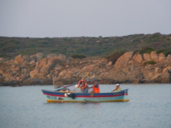 vissertjes in de avond leggen een net over de hee breedte van de baai. Inhalen duurt anderhalf uur en dan is het al donker!