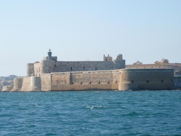 fort bij de ingang van de haven/baai van Syracuse