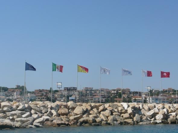 vlaggen op de havenpier van marina di Ragusa