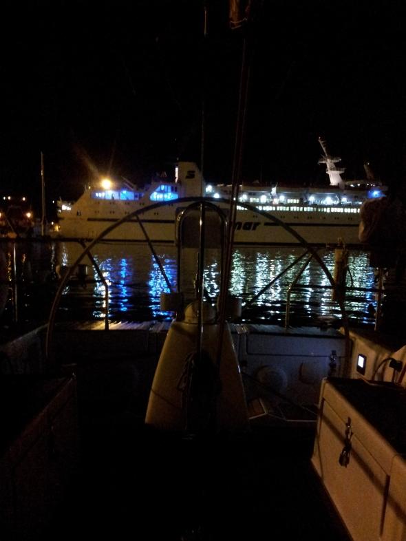 de veerboot legt aan
