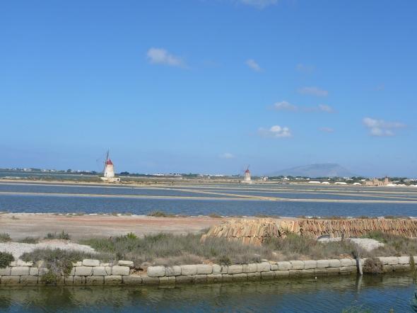 de zoutpannen ten noorden van Marsala, die vroeger door windmolens werden drooggemalen