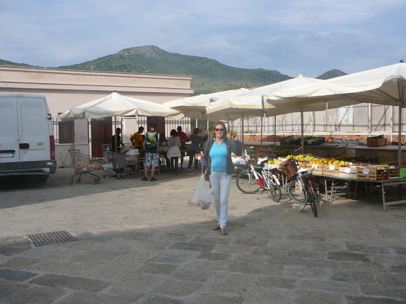 Marleen koopt verse mandarijnen in het dorp Favignana