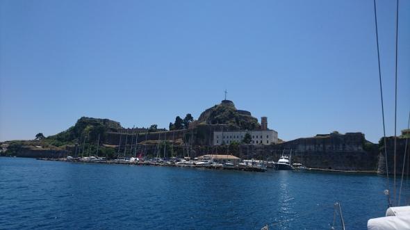 Port Mandraki, onder het oude fort van Corfu stad