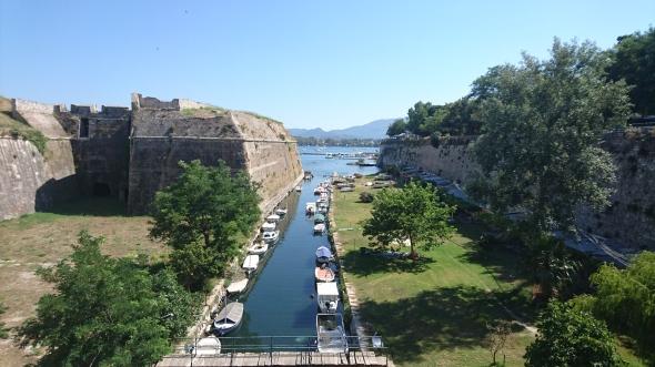 sloot tussen het oude fort en de oude stad van Corfu