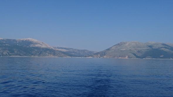 Efemia op het eiland Kefalonia, van zee gezien