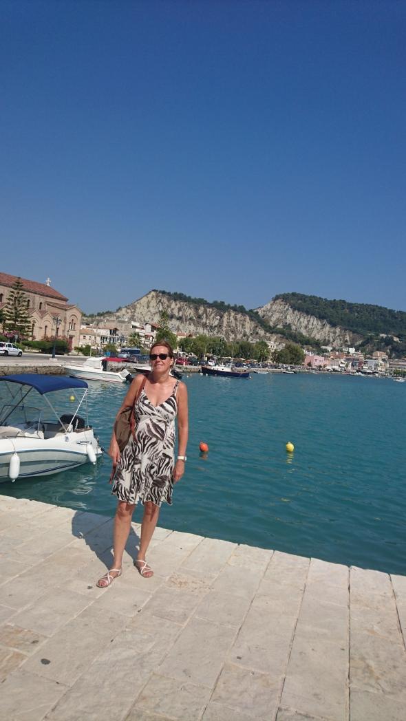 Marleen met de stadshaven van Zakynthos op de achtergrond